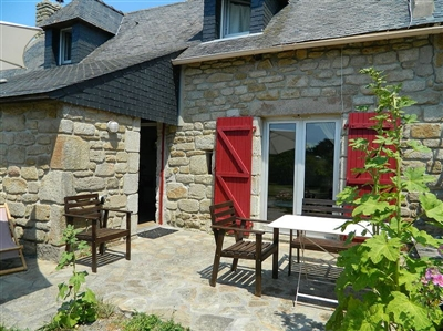 Tastefully renovated, Breton stone house with special flair near the beach. Fireplace. Sat-TV. Internet.