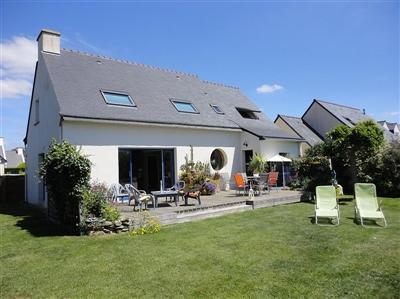 Jolie maison de vacances avec beau jardin et grande terrasse dans un quartier calme non loin de la plage. Internet.